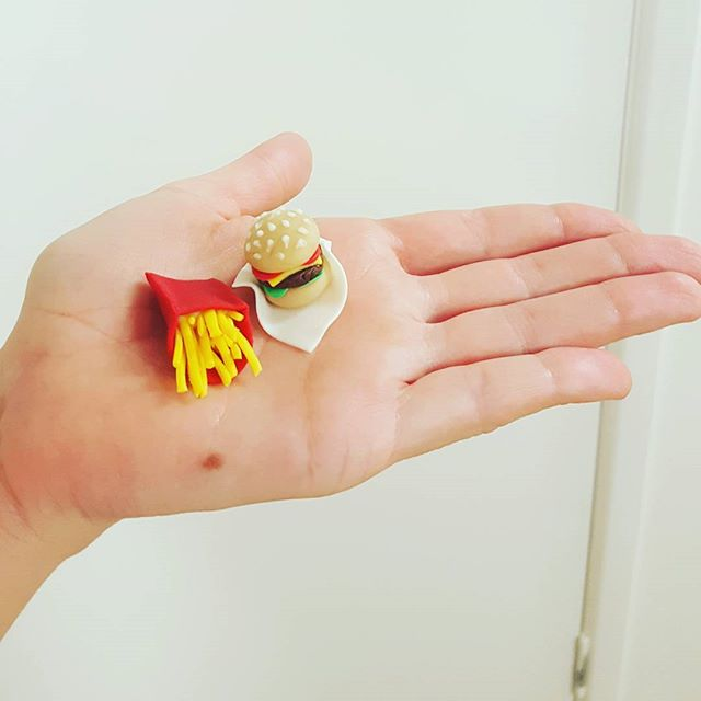 Supersized burger and fries for Barbie_#minifood #fondantfigurines #cupcaketoppers #burgerandfries #