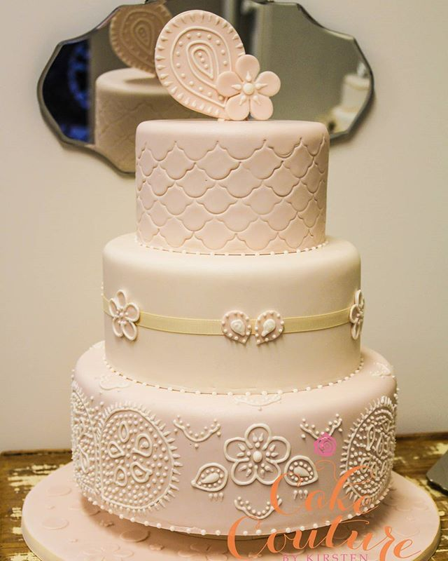 Pretty in Paisley _#weddingcake #paisley #fondanttoppers #royalpiping #sweet #prettyinpink #melbourn
