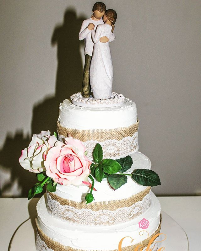 Rustic Love_#weddingcake #royalicing #rusticcakes #hissianandlace #silkflowers #townsvillecakes #cak