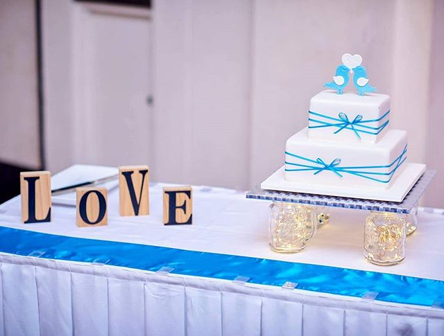 A LOVES H _#weddingcake #lovebirds #sugartoppers #love #kristofschraderphotograhpy #squareweddingcak