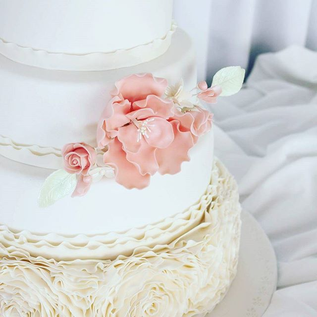 Peach ruffle_#weddingcake #sugarflowers #rufflecake #pretty #elegantcakes
