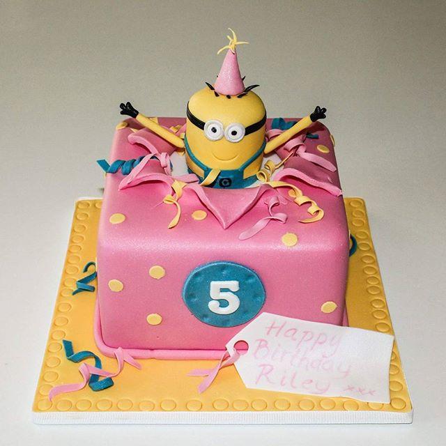 Minion present_#minioncake #5thbirthdaycake #presentcake #fondantfigurines #pinkcake