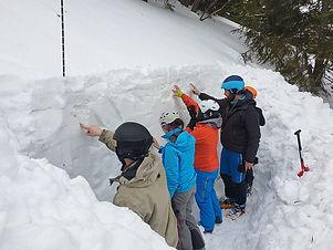 Čo sa na kurze dozviete  Z prevencie: - čo je potrebné si zistiť pred tým, ako si začneme plánovať túru - čo všetko je potrebné mať so sebou pri vstupe do lavínového terénu - ako sa používa výstroj, ako s ňou správne a efektívne narábať - ako si voliť výstupovú trasu čo je potrebné vedieť o snehu a kedy sa snehová pokrývka považuje za bezpečnú - ako sa určuje stabilita snehovej pokrývky Rutschblock testom, kompresným testom, rozšíreným kompresným testom a pílkovým testom - ako sa zisťujú slabé miesta snehovej pokrývky. čo robiť, aby Váš pohyb v horách bol bezpečnejší.  Zo záchrany: - vyhľadávanie pomocou lavínového prístroja sondovanie na lavíništi - určenie polohy zasypaného a efektívne metódy jeho vyhrabania - poskytnutie prvej pomoci pri nehode - spôsoby improvizovaného transportu - ako efektívne spolupracovať so zložkami integrovaného záchranného systému  Odporúčaná výstroj a výzbroj pre skialpinizmus (vrátane lavínovej výstroje: lavínový vyhľadávač, lopata, sonda).  Lavínový vyhľadávač, lopatu a sondu: je ,možné zapožičať u organizátorov. Zapožičanie je potrebné nahlásiť vopred!