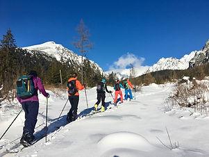 Potrebná výstroj a ostatné veci: – lavínový vyhľadávač (+ náhradné batérie), sonda, lopata – skialpinistická (freerideová) výstroj (lyže, pásy, lyžiarky, paličky) alebo splitboard – mačky (skialpové alebo horolezecké) – cepín (skialpový alebo turistický) – batoh (30-35 l s možnosťou uchytenia lyží) – vhodné oblečenie (rezervné: rukavice, čiapka, ponožky), fľaša na tekutiny (min. 1 liter objem) alebo camelback, čelovka, náhradné batérie, – poznámkový blok + pero – prezúvky na penzión  Doporučená výstroj:  – osobná lekárnička – krém na opaľovanie – okuliare, – energetické tyčinky  Poznámka: Väčšinu výstroje je možné si po dohode zapožičať.