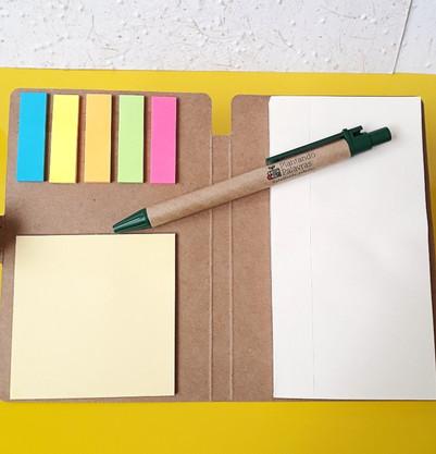 Bloco de anotações com post-it e caneta