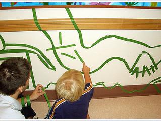 Arte y juego en los pasillos de pediatría