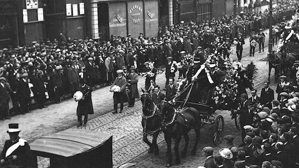 Crowds line Cork city street as Terence MacSwiney's funeral procession passes.