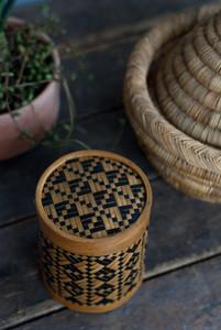 Petite boite asiatique en bambou tressé