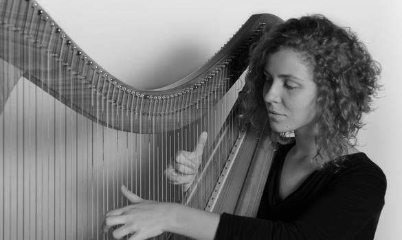 Laura Perrudin à la harpe