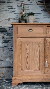 Buffet ancien en bois brut avec les traces du temps - tendance déco Wabi-Sabi Gris Groseille