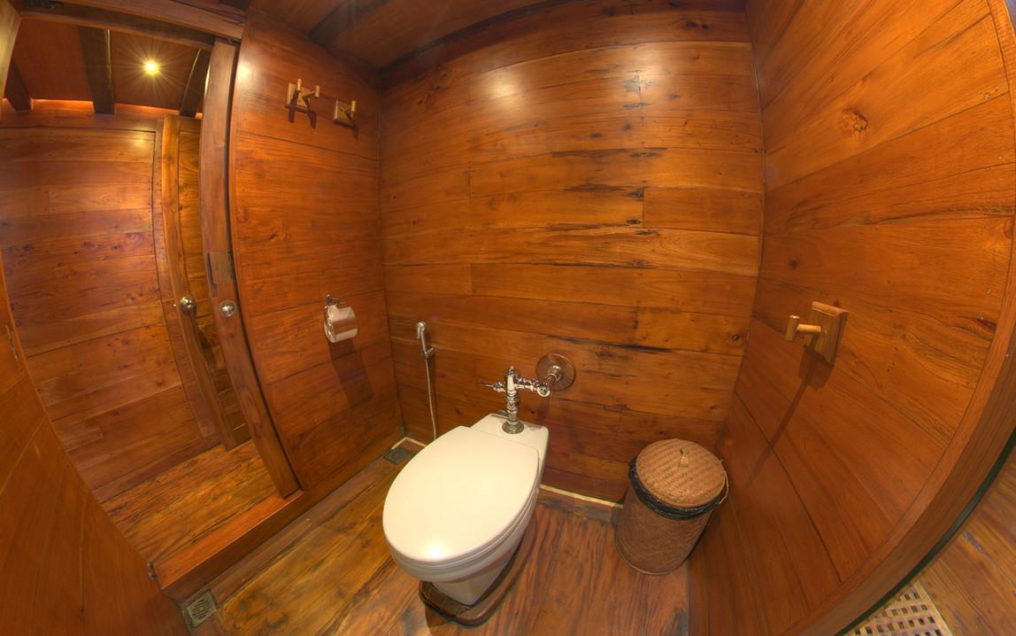 D2_Below Deck_Standard Cabins_Bath_03.jp