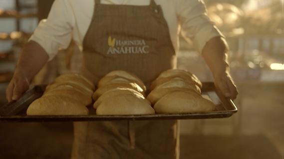 panadero con charola.png