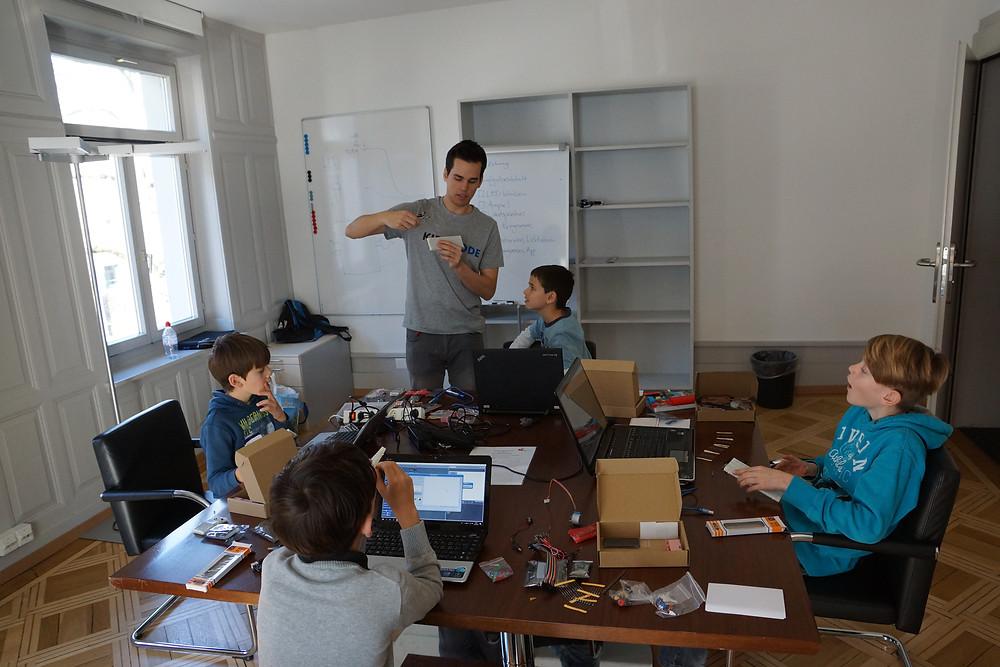 Kinder programmieren Roboter im Unterricht