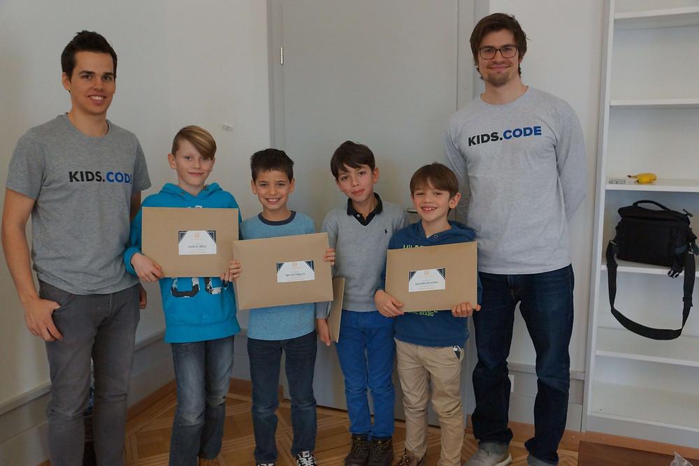 Gruppenfoto Kinder und Tutoren im Programmierkurs