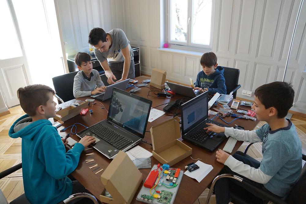 Kinder lernen konzentriert programmieren