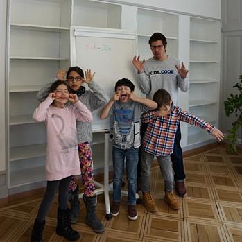 Kinder haben Spass beim Programmieren