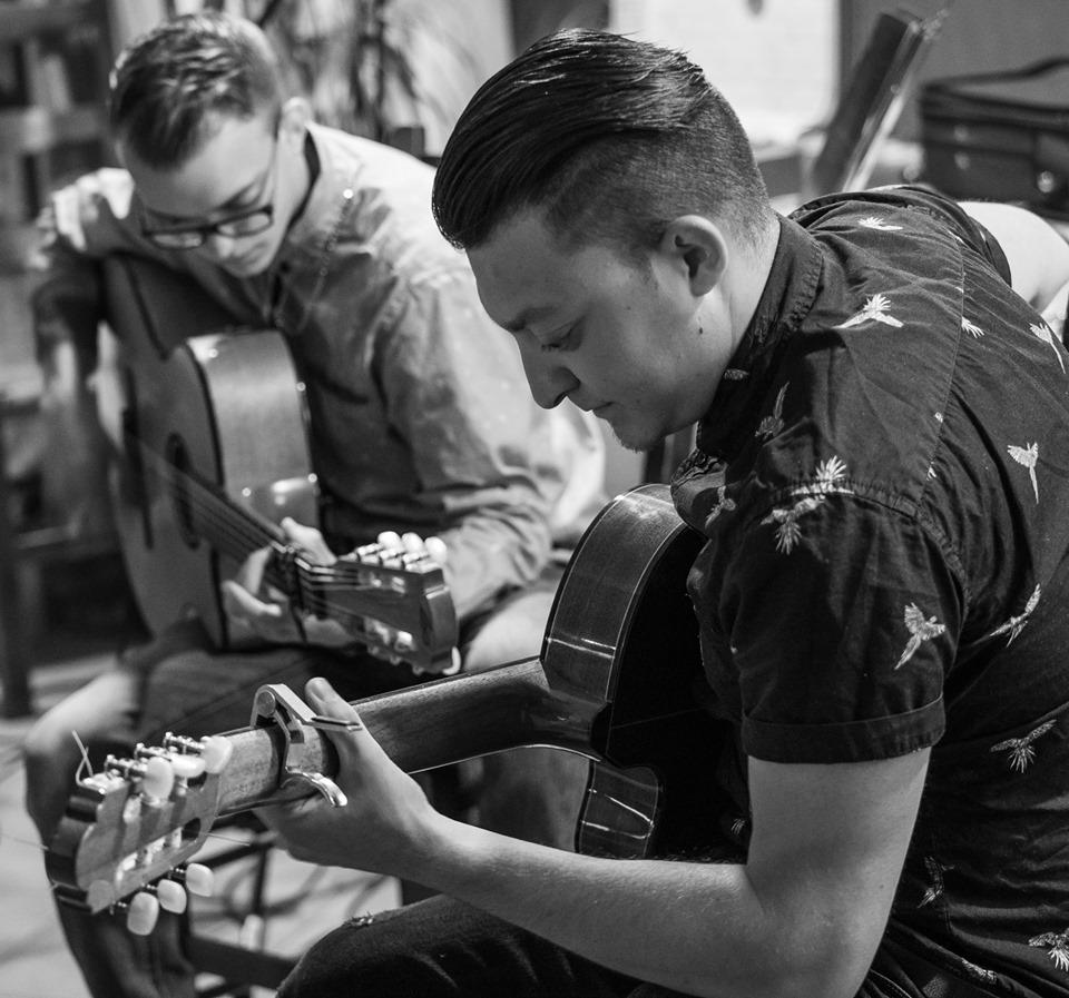 guitarist manouche, black and white