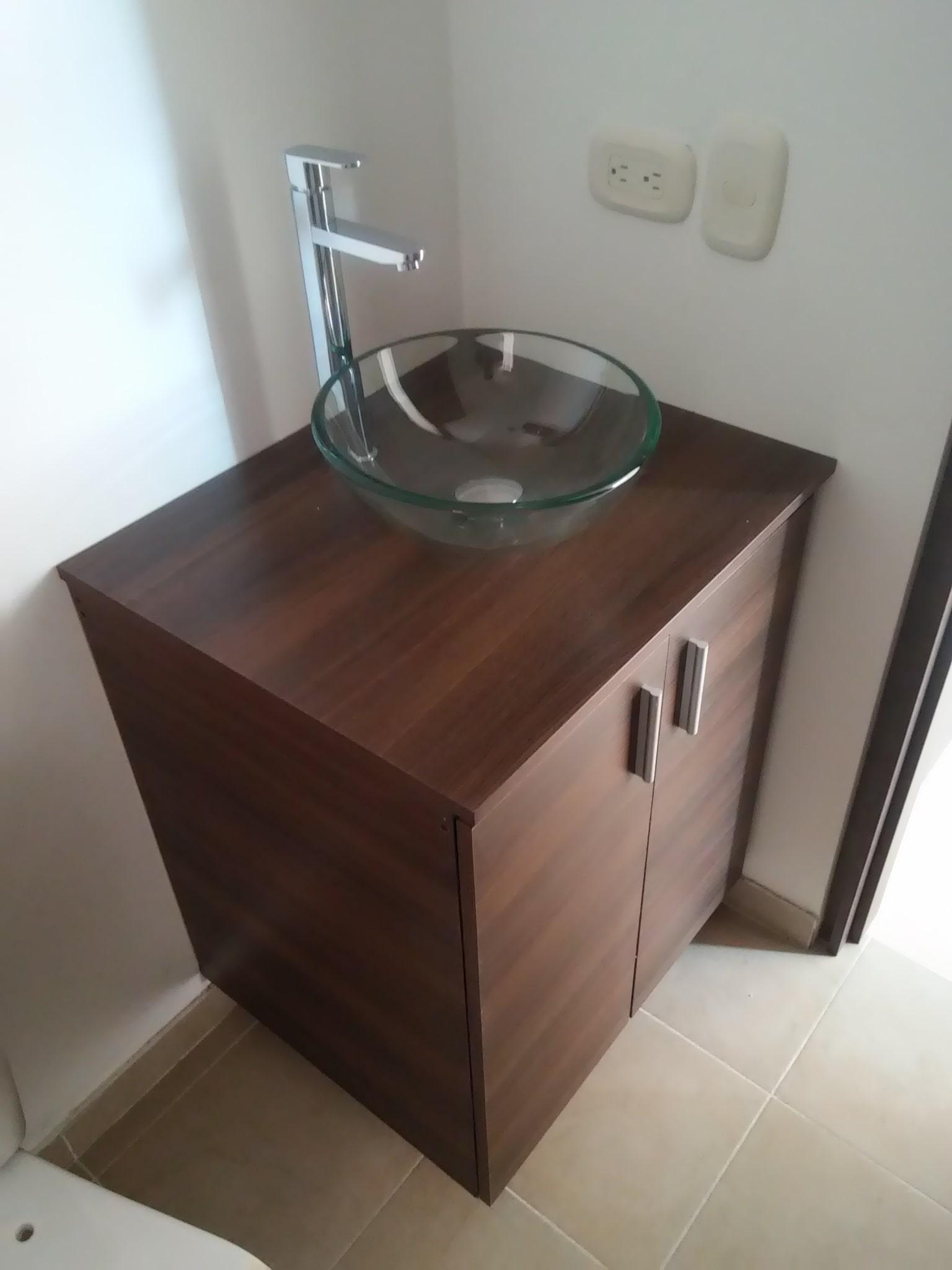 Mueble de baño en madera con lavamanos d