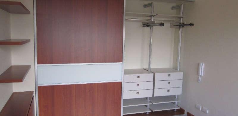 Closet en madera con puertas correderas.