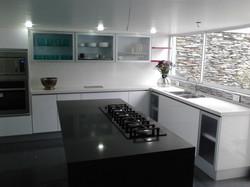 Cocina con isla blanco negro
