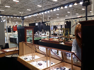 Art show booth lights. Craft show booth lights. Trade show booth lights for trade show displays by Show Off Lighting.