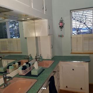 Again with the cute retro bathroom!