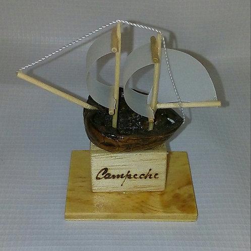 Mini galeón hecho a mano con madera y cascara de nuez