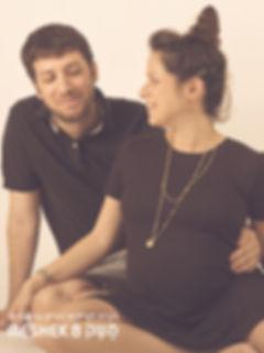 צילום הריון עם רקע שחור בסטודיו משק 8