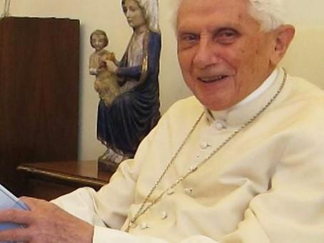 """""""Papa emérito"""": lançado um livro que explica o título dado a Bento XVI, em 2013"""