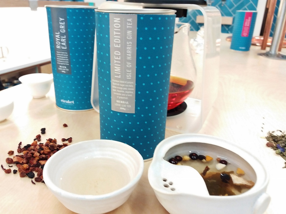 Ceramic Bubble Cup in action, alongside two different types of Eteaket tea boxes.