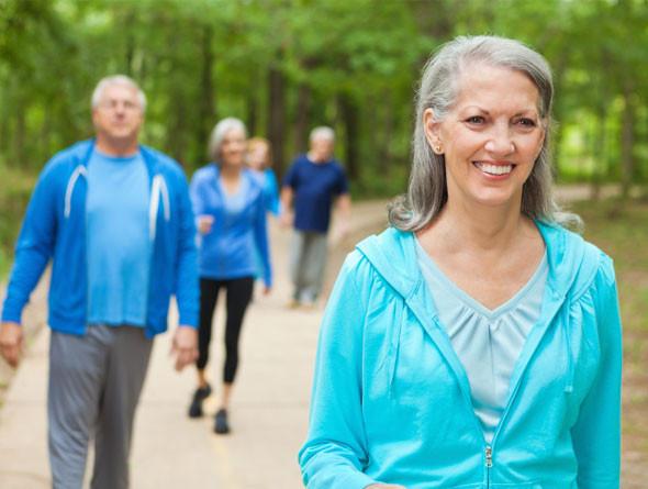 Đi bộ chậm là cách vận động hiệu quả nhất cho Viêm thấp khớp, theo Arthritis Foundation