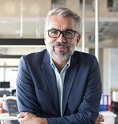 Biznesmen z okularami
