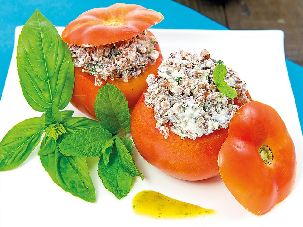 Tomates rellenos de arroz rojo
