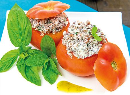 Receta especial verano: Tomates rellenos de arroz rojo con queso vegano y albahaca