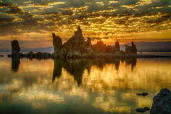 Sunrise at Mono Lake with tufa tower