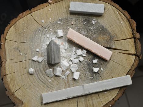 Holzblock mit Dorn und Marmor