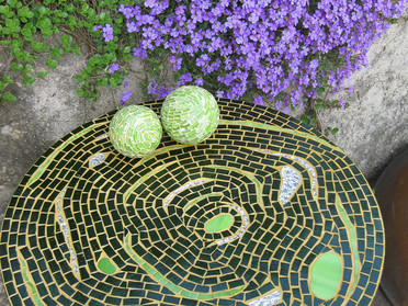 Gartentisch aus Glasmosaik