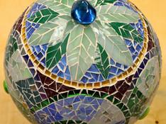 Anne K.  Gartenkugel aus Glasmosaik
