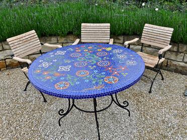 Gartentisch, Glasmosaik auf Betonplatte