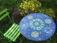 Gartentsich aus Geschirr und Keramikfliesen
