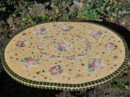 Rosentisch aus Fliesen