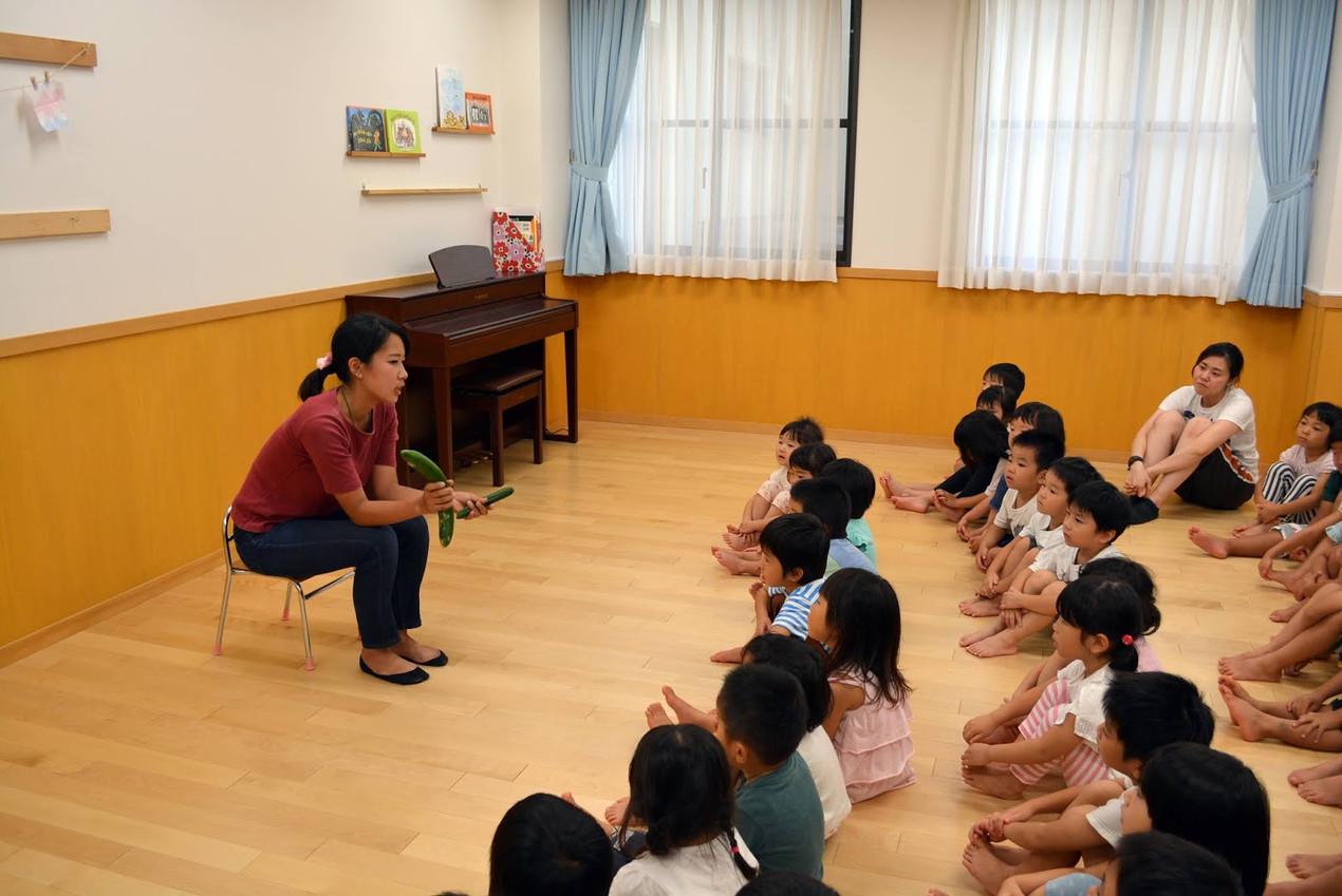 神戸学園都市YMCAこども園様にて規格外きゅうりの話をする様子