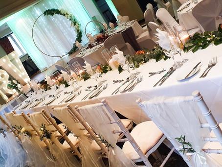 How do I choose a wedding theme?