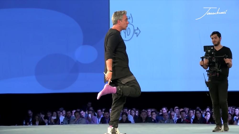 Jürgen Klarić utiliza calcetines morados para recordar ser abundante cada día