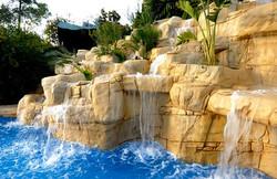 Cascadas y rocas tematizadas
