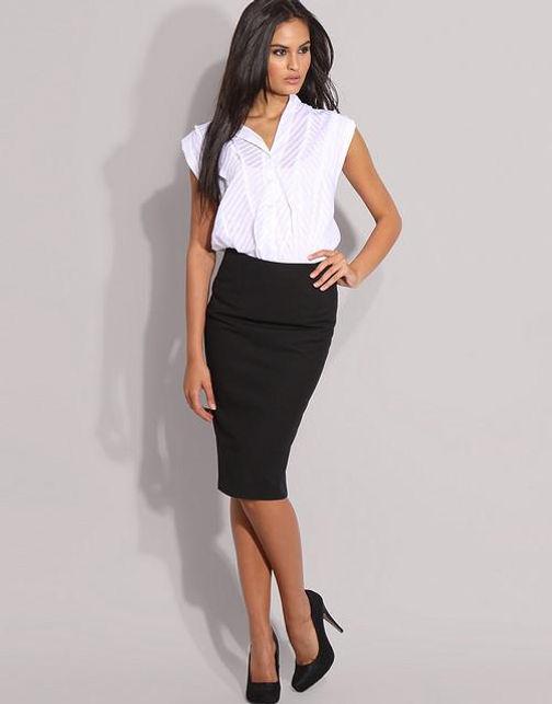 05d7f5bb2b Métete la blusa debajo de la falda para obtener una apariencia prolija. Con  esta combinación lograrás que tu cintura se vea más delgada.