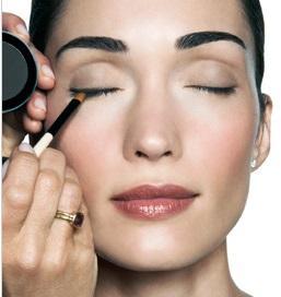 8. Aplicar delineador de ojos