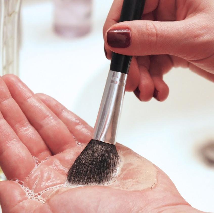 11. Falta de higiene al maquillarse