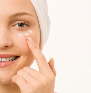 Utiliza una crema de contorno de ojo
