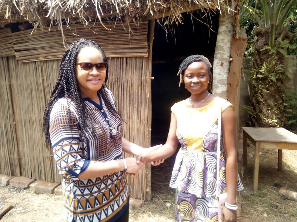 Mélina SEYMOUR et Nassidatou KOSSOKO deanvt sa champignonnière construite en bois et en paille